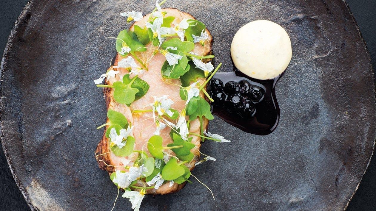 Grillet kalveentrecote,dijon-mayonnaise og blåbærsovs