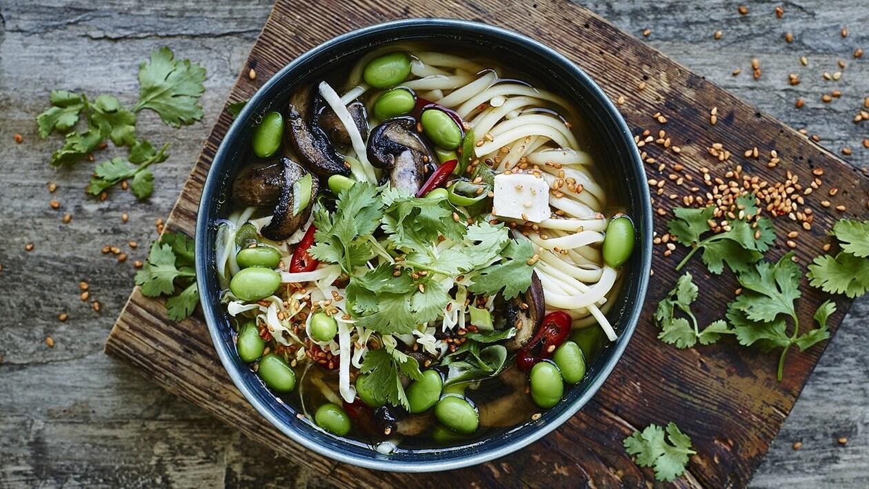 Klar asiatisk suppe med sprøde grøntsager og nudler